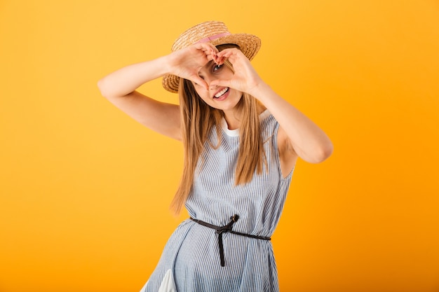 Porträt einer lächelnden jungen blonden frau im sommerhut