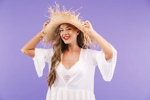 Porträt einer lächelnden jungen frau im weißen kleid