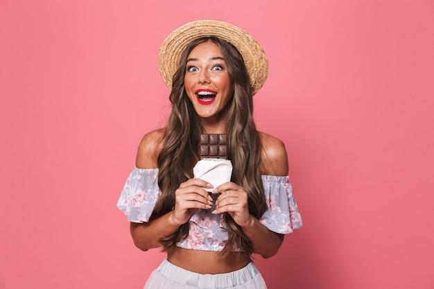 Porträt einer lächelnden jungen frau in der sommerkleidung
