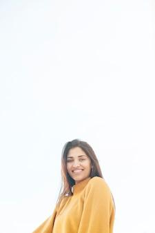 Porträt einer lächelnden schönen frau, die kamera betrachtet