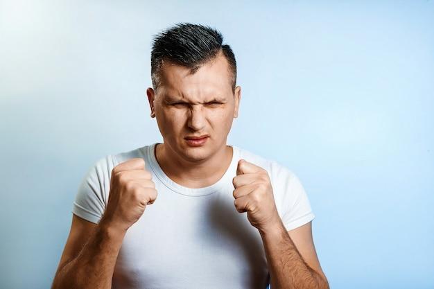 Porträt einer mannnahaufnahme, ärger und hass erfahren