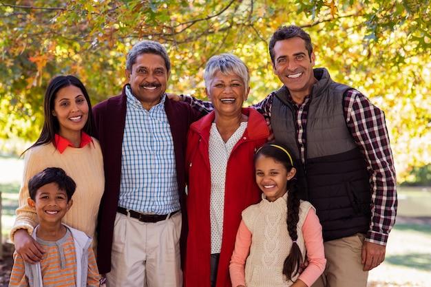 Porträt einer mehrgenerationenfamilie, die am park steht