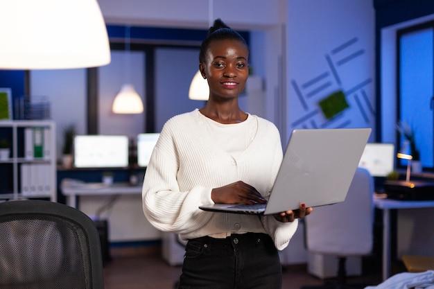 Porträt einer müden afroamerikanischen geschäftsfrau, die an der finanzstrategie arbeitet