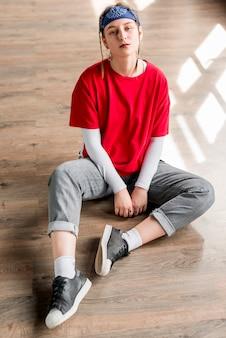 Porträt einer müden jungen frau, die im tanzstudio sich entspannt