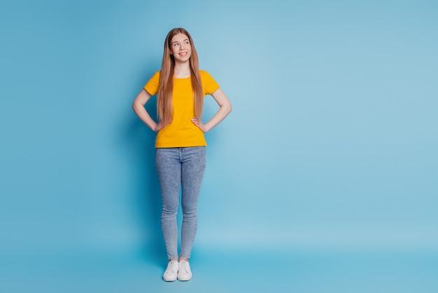 Porträt einer nachdenklichen dame sieht leer aus, denkt auf blauem hintergrund