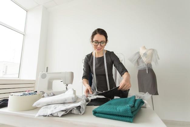 Porträt einer näherin bei der arbeit in ihrer eigenen