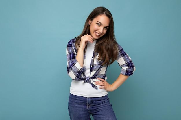Porträt einer positiven, fröhlichen, modischen frau in hippie-outfit isoliert auf blauem hintergrund mit kopienraum.