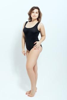 Porträt einer prallen frau im schwarzen badeanzug