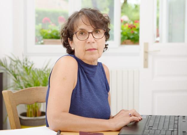 Porträt einer reifen frau mit brille