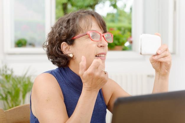 Porträt einer reifen frau mit einem telefon