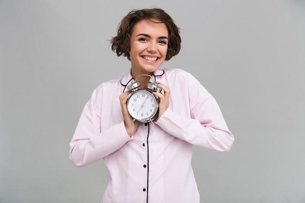 Porträt einer reizenden lächelnden frau im pyjama