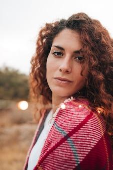 Porträt einer rothaarigefrau mit einem schal