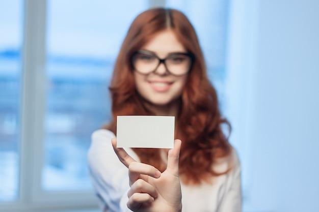 Porträt einer rothaarigen frau mit trendigen brillen