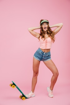 Porträt einer schockierten frau in sommerkleidung in voller länge