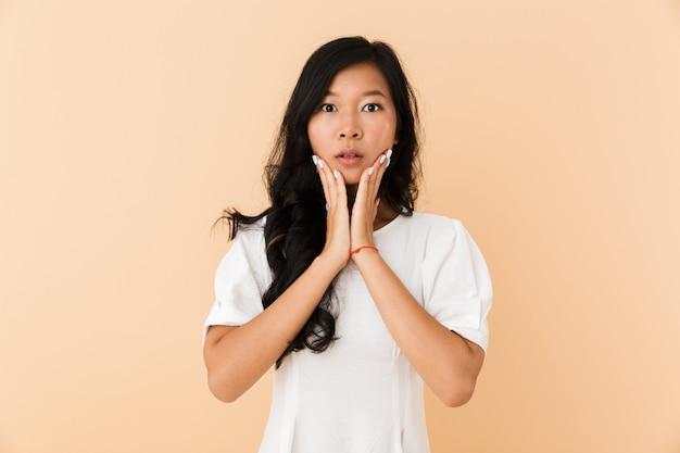 Porträt einer schockierten jungen asiatischen frau