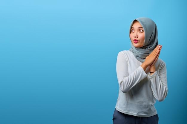 Porträt einer schönen asiatischen frau, die sich die hand reibt und beiseite schaut