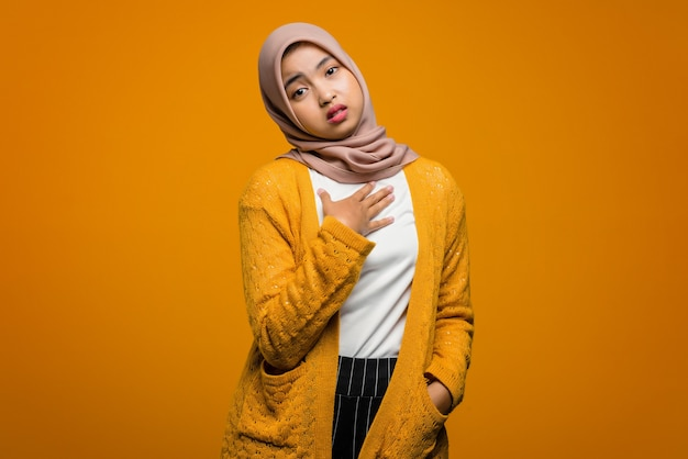 Porträt einer schönen asiatischen frau fühlen sich auf gelb gelangweilt