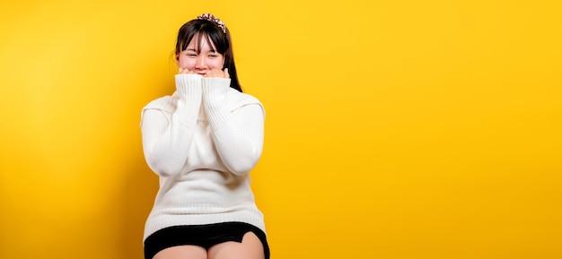 Porträt einer schönen asiatischen frau mit einem lächelnden gesicht asiatische frau trägt freizeitkleidung thai l