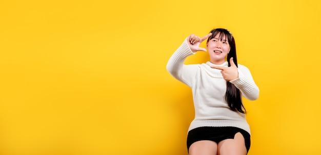 Porträt einer schönen asiatischen frau mit einem lächelnden gesicht asiatische frau trägt freizeitkleidung thai