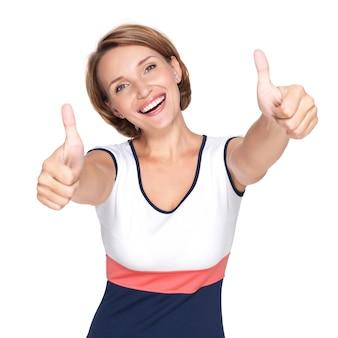 Porträt einer schönen erwachsenen glücklichen frau mit daumen hoch zeichen lokalisiert auf weißer wand