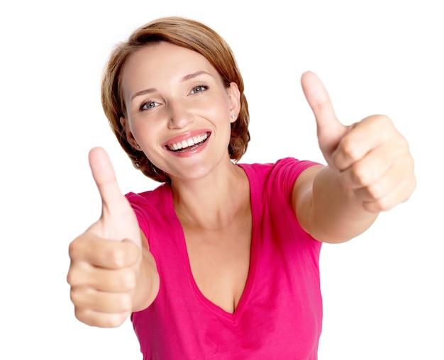 Porträt einer schönen erwachsenen glücklichen frau mit daumen hoch zeichen über weißer wand