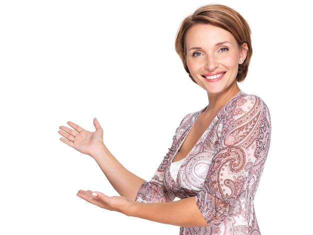 Porträt einer schönen erwachsenen glücklichen frau mit präsentationsgeste über leerraum