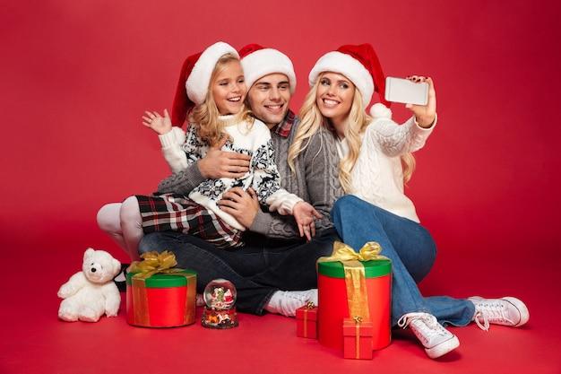 Porträt einer schönen familie mit einem kind in voller länge