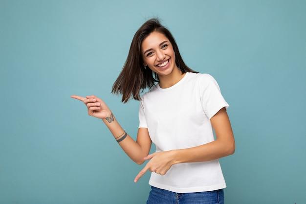 Porträt einer schönen, faszinierenden, emotionalen, fröhlichen, glücklichen promoterin, die auf die zeigt