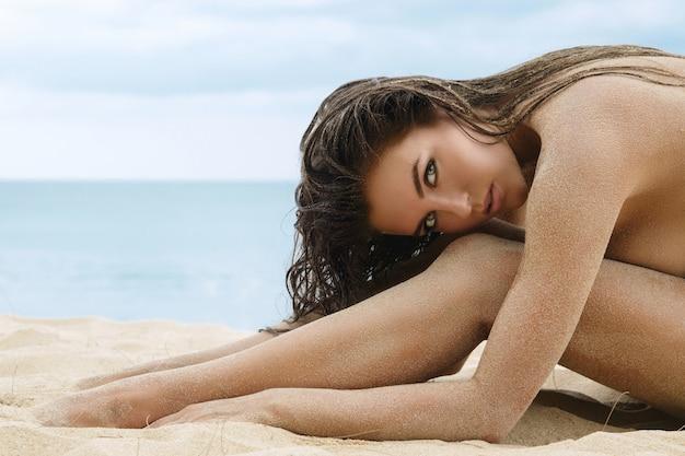 Porträt einer schönen frau am strand