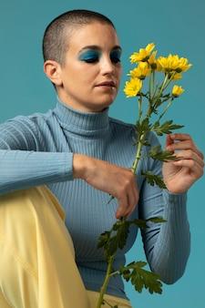 Porträt einer schönen frau, die in einem rollkragenpullover mit gelben blumen posiert