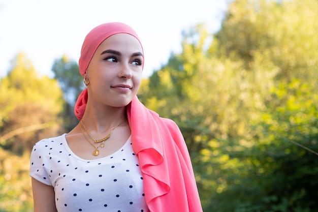 Porträt einer schönen frau, die sich nach chemotherapie erholt