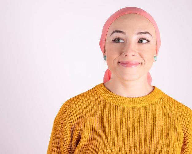 Porträt einer schönen frau, die sich nach der chemotherapie erholt - kampf gegen krebs lächelnd nach oben schauend