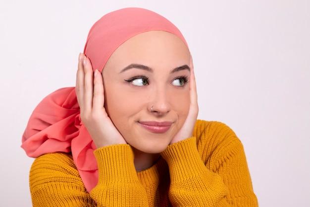 Porträt einer schönen frau, die sich nach der chemotherapie erholt - kampf gegen kreisendes lächeln