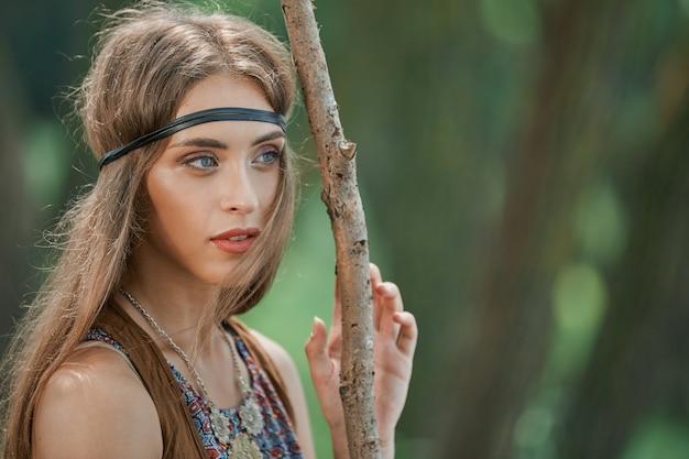 Porträt einer schönen frau hippies in einem wald