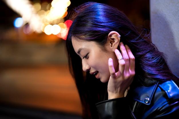 Porträt einer schönen frau in der stadt bei nacht