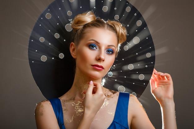Porträt einer schönen frau mit einem make-up, ursprüngliche hutlichtstrahlen
