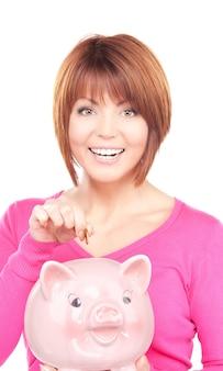 Porträt einer schönen frau mit sparschwein und geld