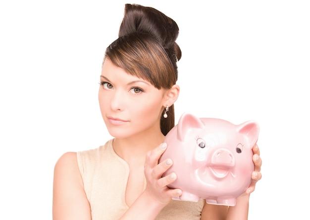 Porträt einer schönen frau mit sparschwein