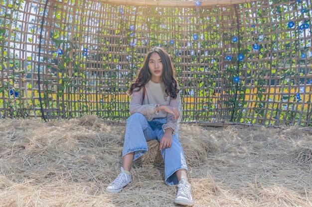 Porträt einer schönen frau posiert für fotografie besuchen sie die blauen blumenfelder auf der jim thompson farm