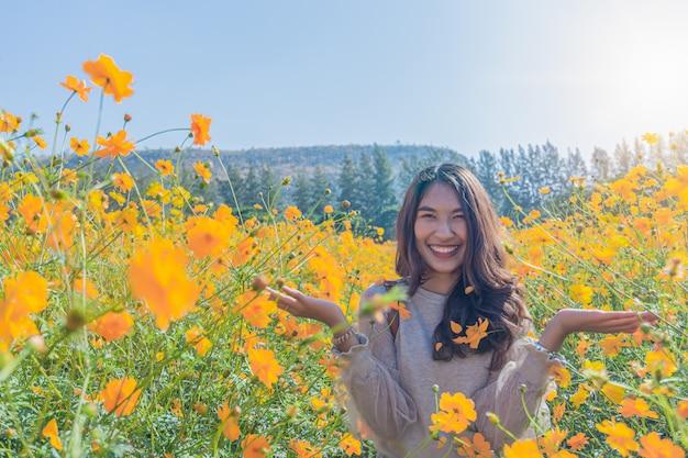 Porträt einer schönen frau posiert für fotografie besuchen sie die gelben blumenfelder auf der jim thompson farm
