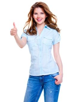 Porträt einer schönen fröhlichen glücklichen frau mit daumen hoch zeichen