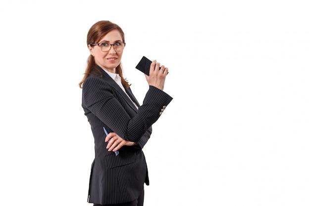 Porträt einer schönen geschäftsfrau 50 ohren alt mit dem handy lokalisiert auf weiß.