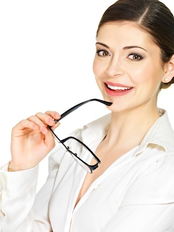 Porträt einer schönen glücklichen lächelnden frau mit brille in den händen lokalisiert auf weißem hintergrund