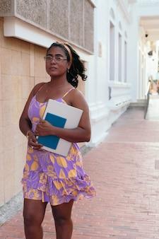 Porträt einer schönen hispanischen frau in ihren 40ern