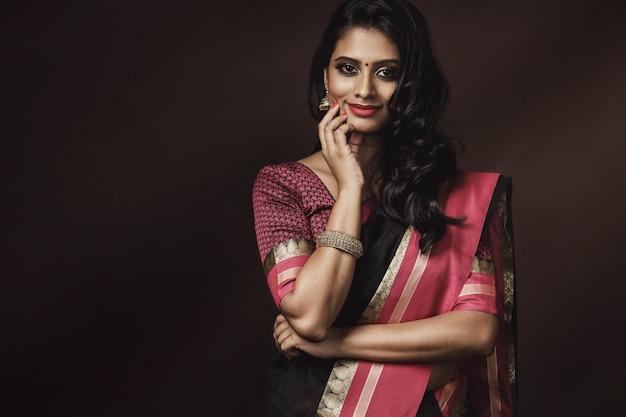 Porträt einer schönen indischen frau, die traditionelles sari-kleid trägt
