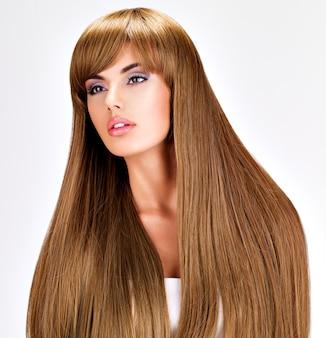 Porträt einer schönen indischen frau mit langen glatten braunen haaren.