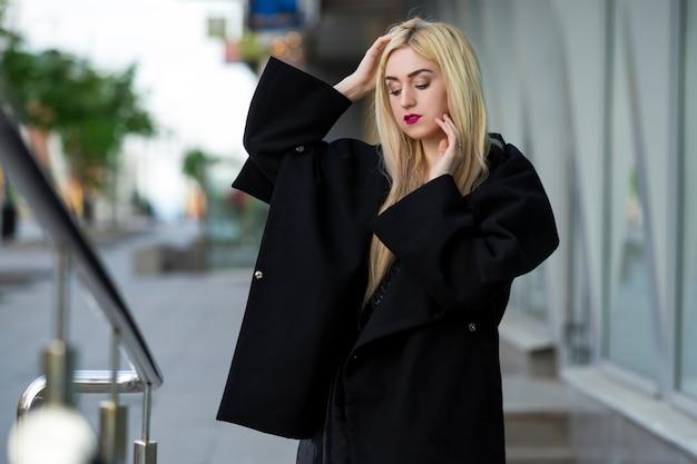 Porträt einer schönen jungen blonden frau im freien