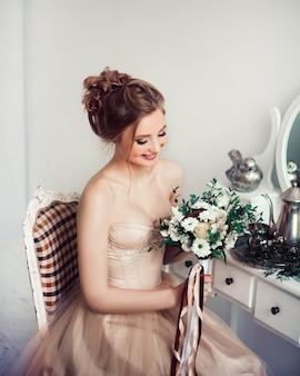 Porträt einer schönen jungen braut mit einem hochzeitsblumenstrauß. feiertage und veranstaltungen