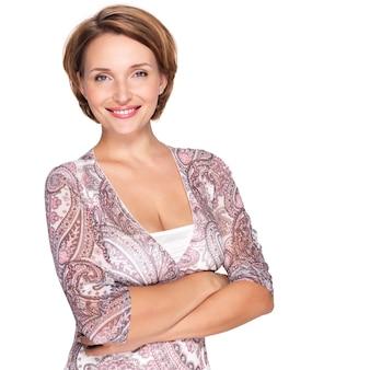 Porträt einer schönen jungen erwachsenen weißen glücklichen frau auf weiß