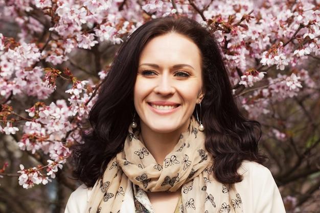 Porträt einer schönen jungen frau auf von pk-kirschblüten